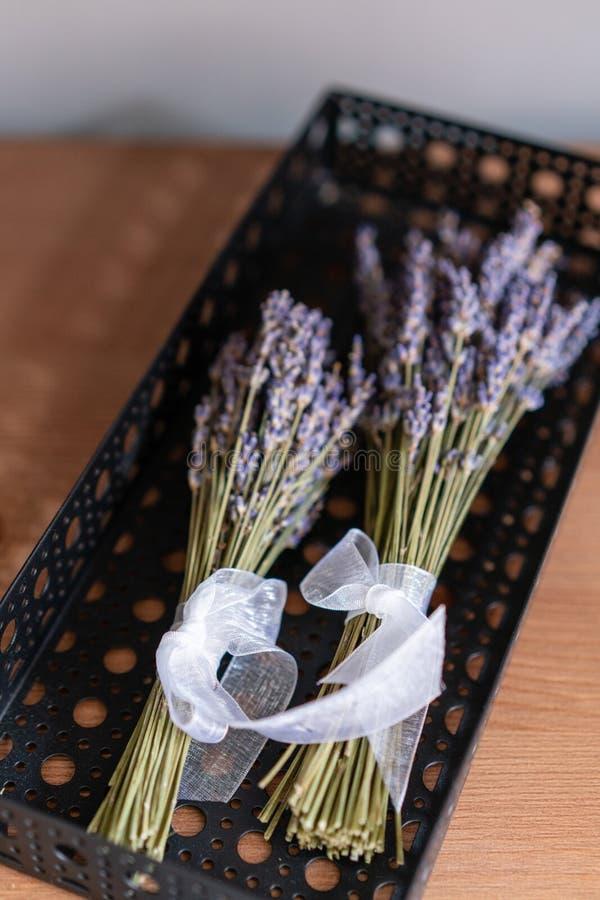 Minibos twee van lavendelbloemen op houten achtergrond royalty-vrije stock fotografie