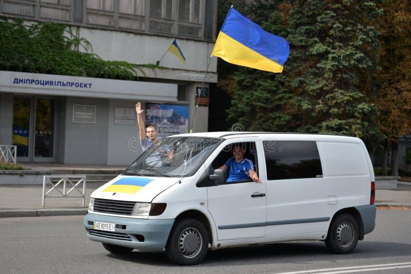 Minibus con la bandiera dell'Ucraina fotografie stock libere da diritti