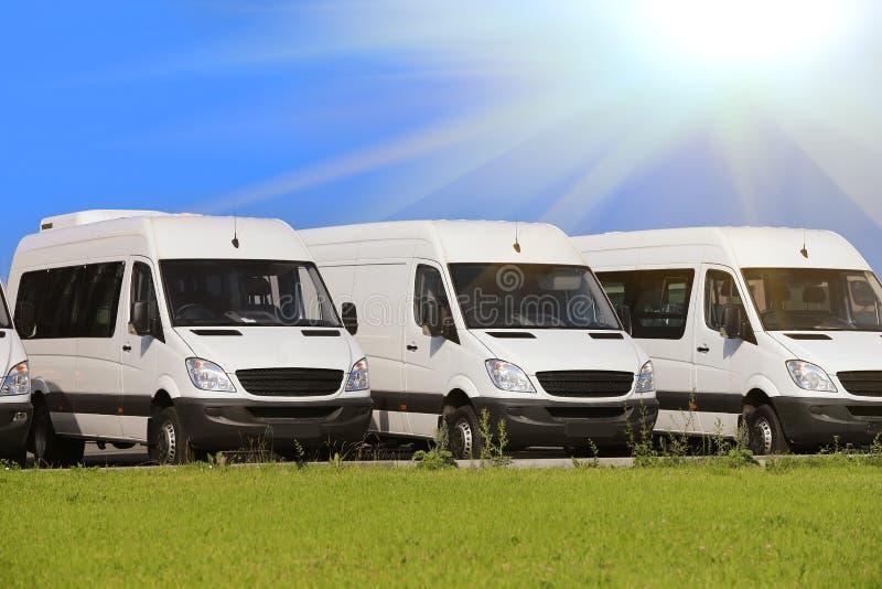 Minibus et fourgons dehors photo libre de droits