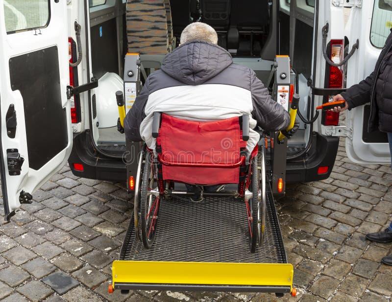 Minibuss för fysiskt rörelsehindrat folk royaltyfria bilder