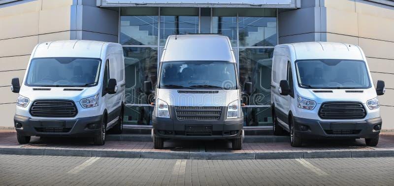 Download Minibussen Voor De Partijrij Van De Verkoopvoorraad Stock Afbeelding - Afbeelding bestaande uit dealership, aantal: 107702963
