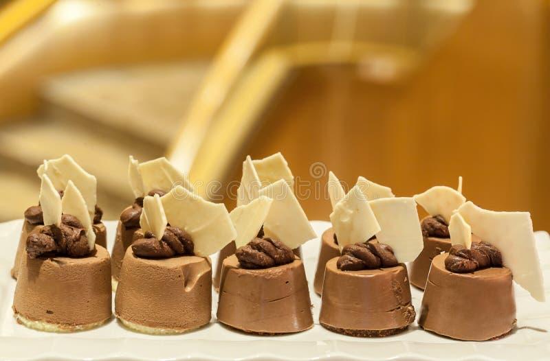 Minichocoladecakes Heerlijke minicakes Verscheidenheid van zoete minidesserts stock foto's
