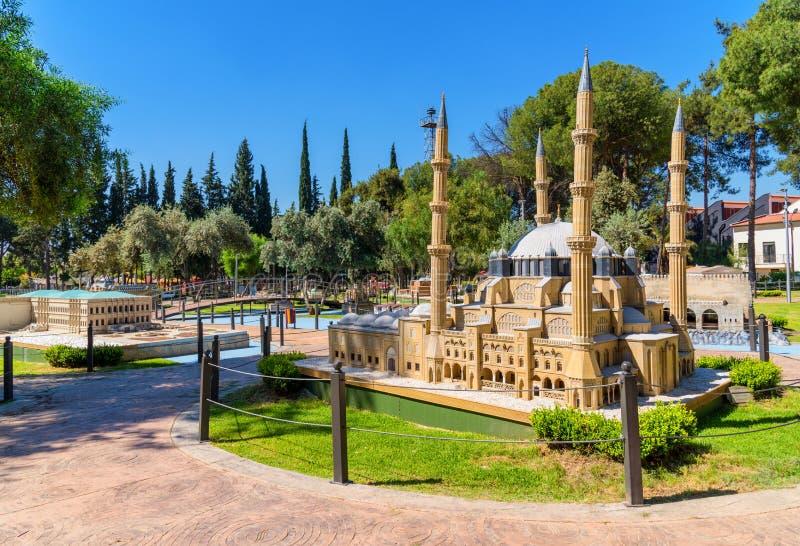 Minicity parkerar i Antalya, Turkiet Skalamodell av den Selimiye moskén royaltyfria foton