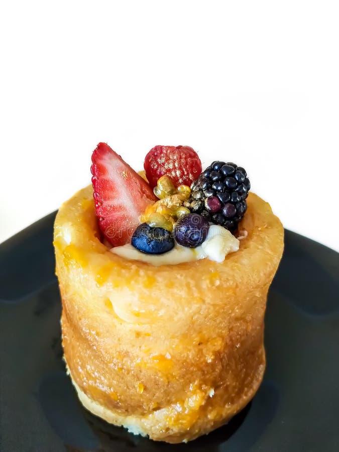 Minidiecake met verse aardbei, framboos, braambes, gouden stof, en de zomerbessen wordt verfraaid royalty-vrije stock foto