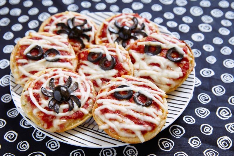 Minidiepizza's voor Halloween worden verfraaid royalty-vrije stock foto's