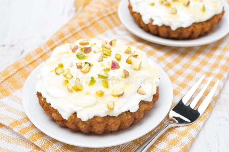 Minidiewortelcakes met room van mascarpone, honing worden verfraaid royalty-vrije stock foto