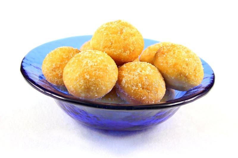Minidonuts in einer blauen Schüssel - geerntet lizenzfreie stockfotografie