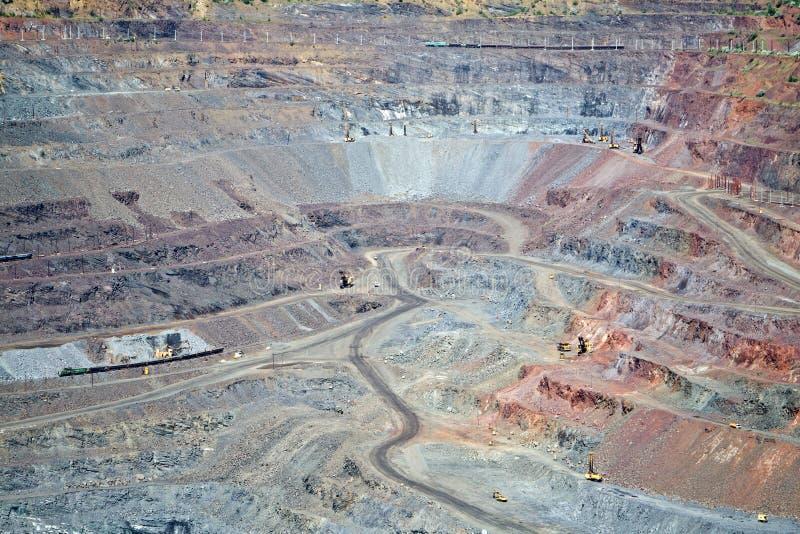 Miniera a cielo aperto del minerale di ferro gigante fotografia stock