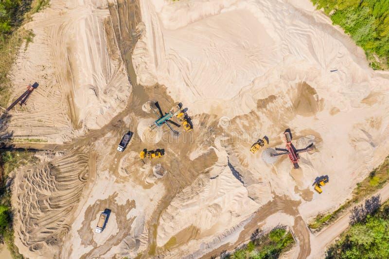 Miniera a cielo aperto della sabbia e della ghiaia Siluetta dell'uomo Cowering di affari immagini stock