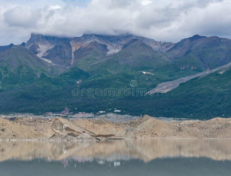 Miniera di Kennicott attraverso il lago immagini stock