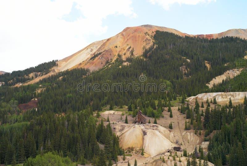 Miniera dilapidata al passo di montagna rosso, Colorado fotografia stock