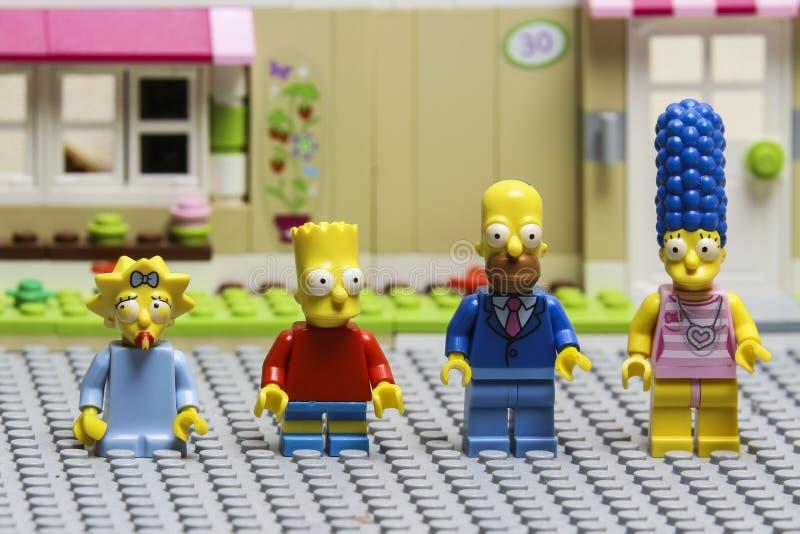 Minifiguras de Lego Simpsons Lego es un sistema de ladrillos entrelazados recogido en todo el mundo fotos de archivo