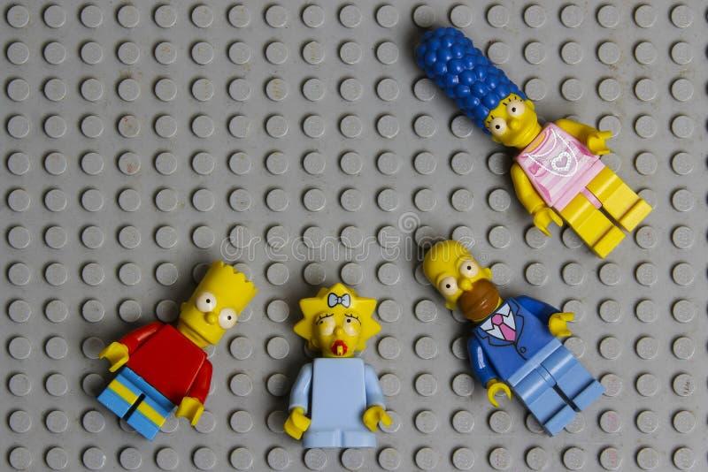 Minifiguras de Lego Simpsons Lego es un sistema de ladrillos entrelazados recogido en todo el mundo fotografía de archivo