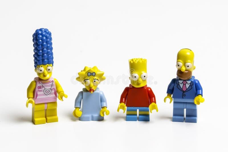 Minifiguras de Lego Simpsons Lego es un sistema de ladrillos entrelazados recogido en todo el mundo imagen de archivo libre de regalías