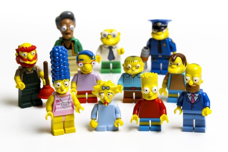 Minifiguras de Lego Simpsons Lego es un sistema de ladrillos entrelazados recogido en todo el mundo fotografía de archivo libre de regalías