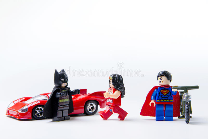 Minifigure Batman de LEGO CONTRA o superman e o stormtrooper fotografia de stock
