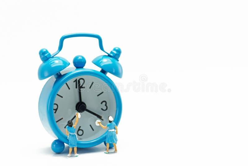Minifigure, décapants de concept dans la montre bleue et propre image stock