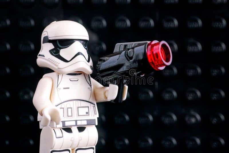 Minifigure di Lego First Order Stormtrooper con l'artificiere sulla b nera immagine stock