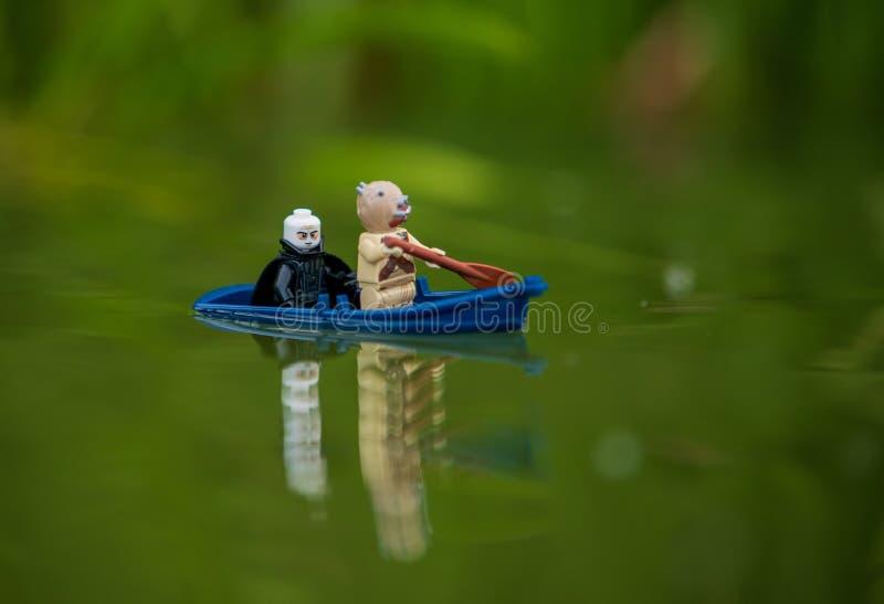 Minifigures de las Guerras de las Galaxias de Lego que nadan en el barco imágenes de archivo libres de regalías