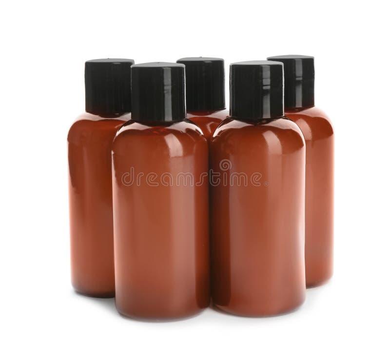Miniflaschen mit kosmetischen Produkten auf Weiß Hotelannehmlichkeiten lizenzfreies stockfoto
