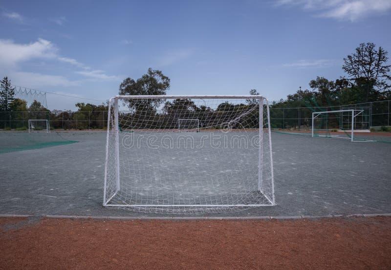 Minifußballtorpfosten und -gericht lizenzfreie stockbilder