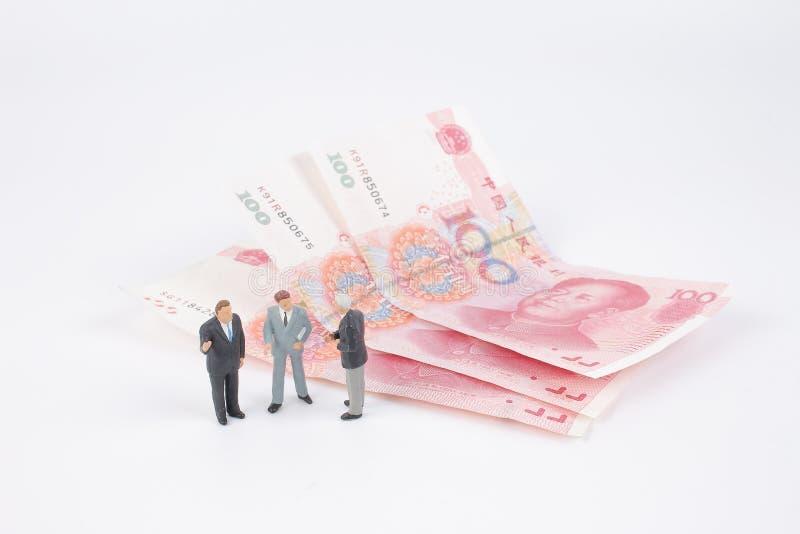 Minigeschäftsleute auf Banknoten lizenzfreie stockfotos