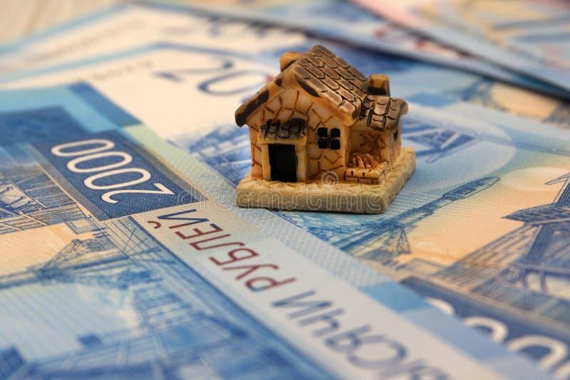 Minihuis op stapel muntstukken Concept Investeringsbezit royalty-vrije stock foto's
