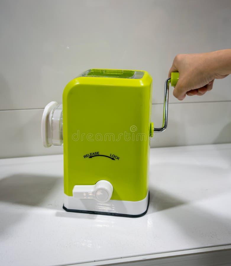 Minikeukengereedschap voor handgehaktmolen met plastic containe royalty-vrije stock foto