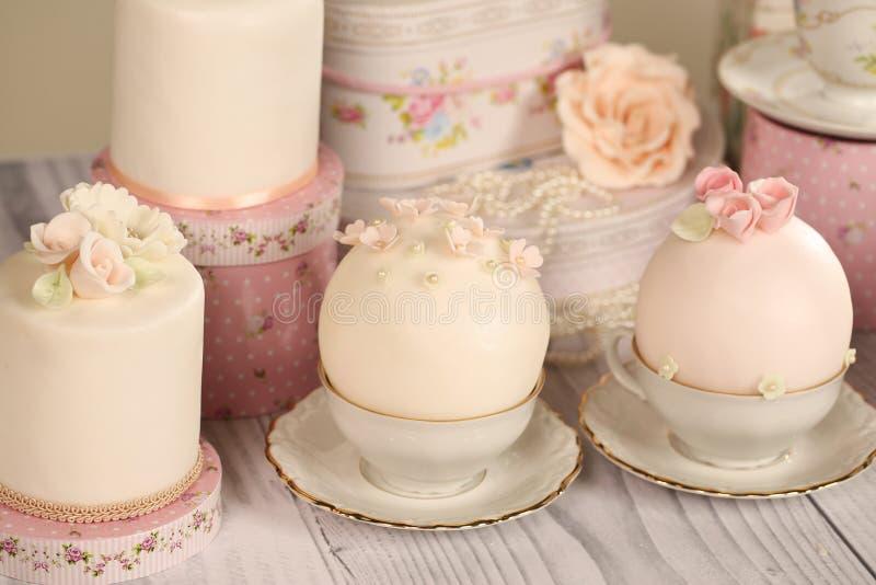 Minikuchen mit Zuckerglasur stockfotos