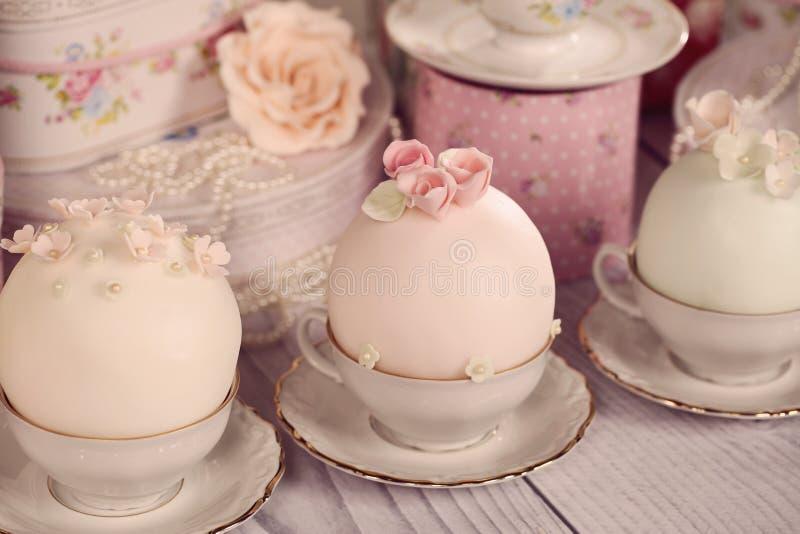 Minikuchen mit Zuckerglasur stockfotografie
