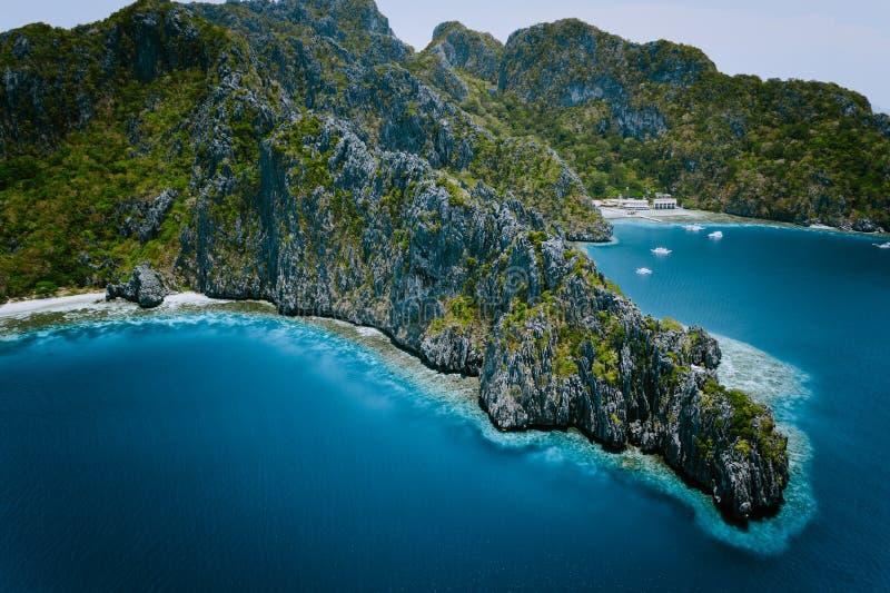 Miniloc wyspa z wapień falezami Powietrznego trutnia panoramiczny obrazek Bacuit archipelag, El Nido, Palawan, Filipiny zdjęcia stock