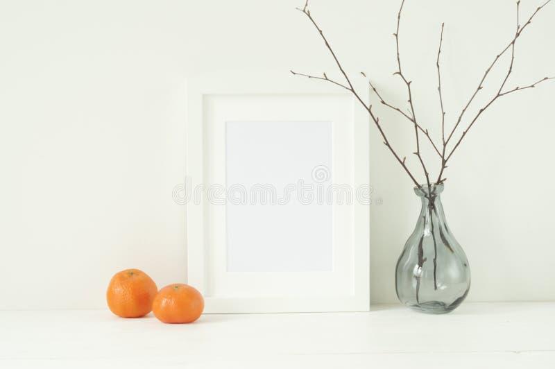 Minimaal elegant model met mandarijnen en kader royalty-vrije stock afbeelding