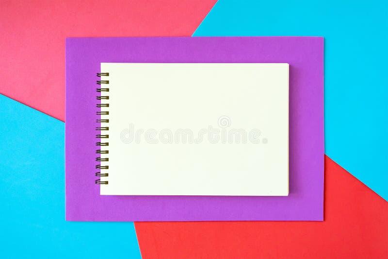 Minimal, art de bruit, résumé, maquette vive avec le bloc-notes blanc sur b photos libres de droits
