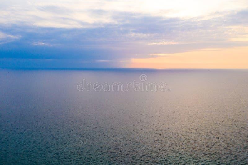 Minimal simplement en pastel et détendre le trait horizontal entre la mer et le ciel paisibles photo stock