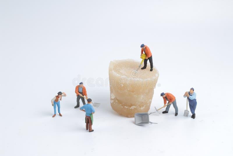 minimale Arbeitskräfte mit Eis der Natur stockbilder