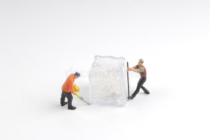 minimale Arbeitskräfte mit Eisnatur Frost, dunkelblauer Himmel lizenzfreies stockfoto