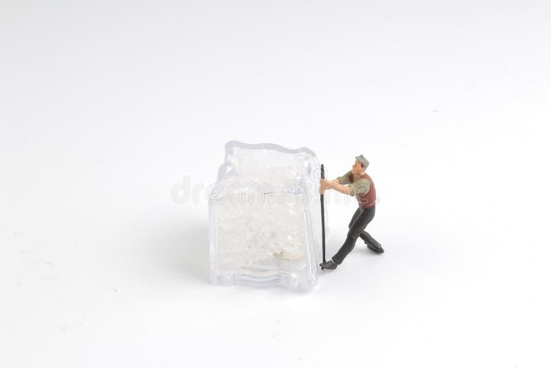 minimale Arbeitskräfte mit Eisnatur Frost, dunkelblauer Himmel stockfotos