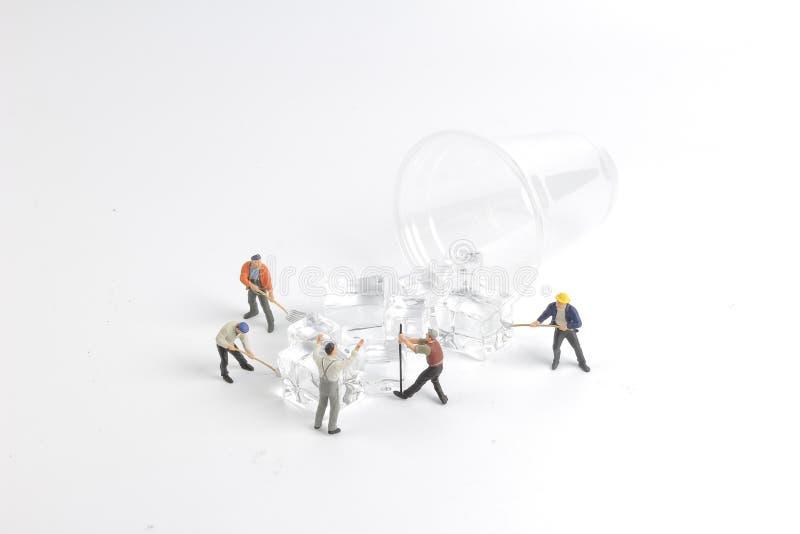 minimale Arbeitskräfte mit Schale Eis lizenzfreie stockfotos