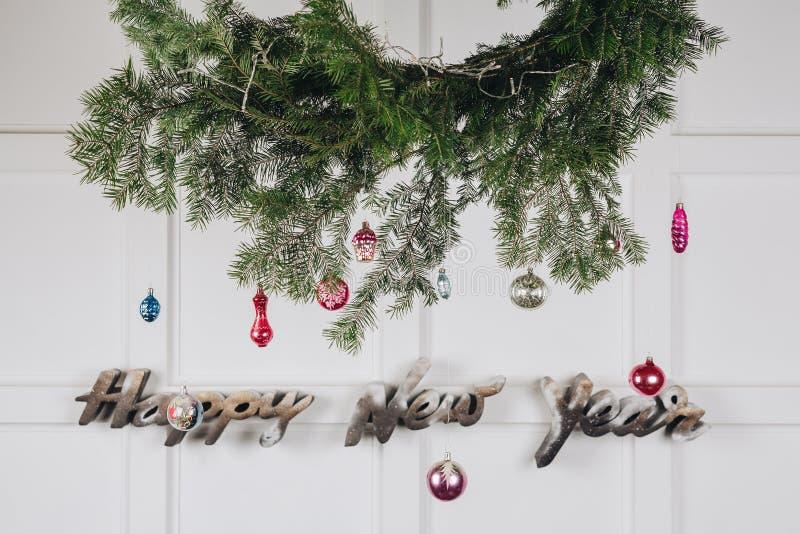 Minimale Dekorationen des neuen Jahres auf der weißen Wand lizenzfreies stockfoto