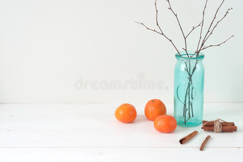 Minimale elegante samenstelling met mandarijnen en vaas royalty-vrije stock fotografie