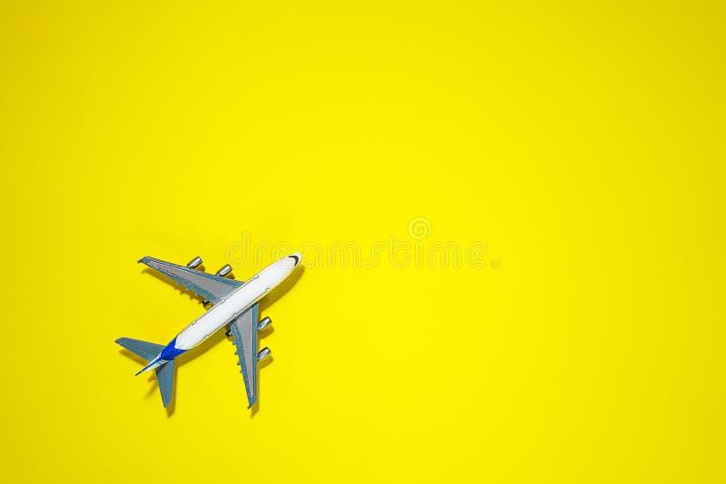 Minimale lay-out met modelvliegtuig op gele achtergrond Direct hierboven De zomerconcept van de reisvakantie Vlak leg, hoogste me stock afbeelding