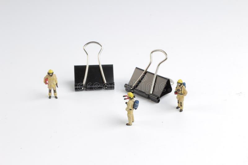 Minimale Leutefeuer fightes auf der Arbeit stockfoto