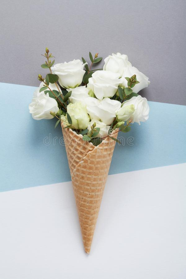 Minimale samenstelling met creatief roomijs van mooie bloemen op pastelkleurdocument hoogste mening Vlak leg stock foto
