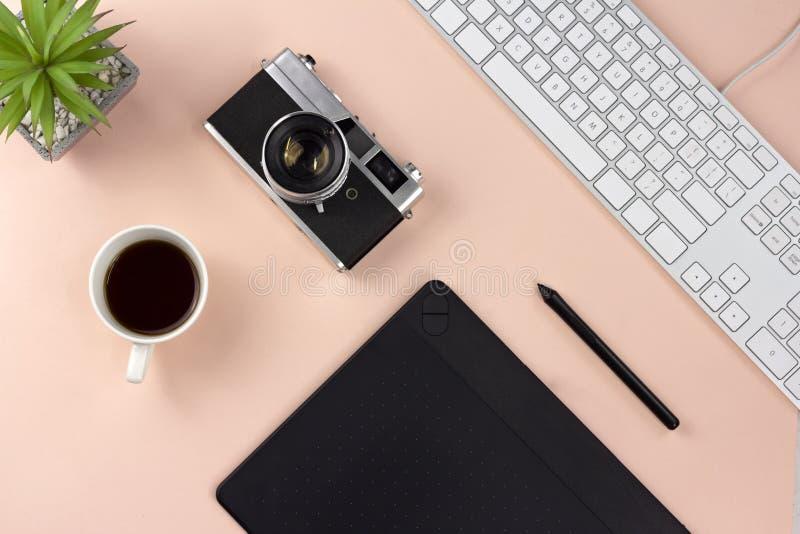 Minimale werkruimte en espresso op pastelkleur roze achtergrond stock fotografie
