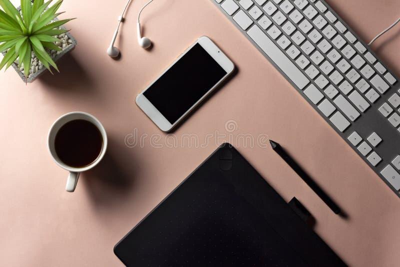 Minimaler Arbeitsplatz für Designer mit elektronischen Waren und espress lizenzfreie stockfotografie