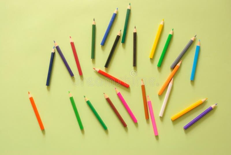 Minimaler Arbeitsplatz - kreative Ebene legen Foto des Arbeitsplatzschreibtisches mit Farbbleistift auf Kopienraumgrün-Pastellhin stockfoto