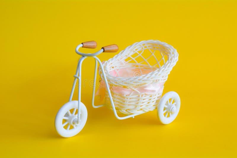 Minimaler gelber Hintergrund der Weinlesefahrrad-Zusammenfassung, Autokonzept lizenzfreie stockfotografie