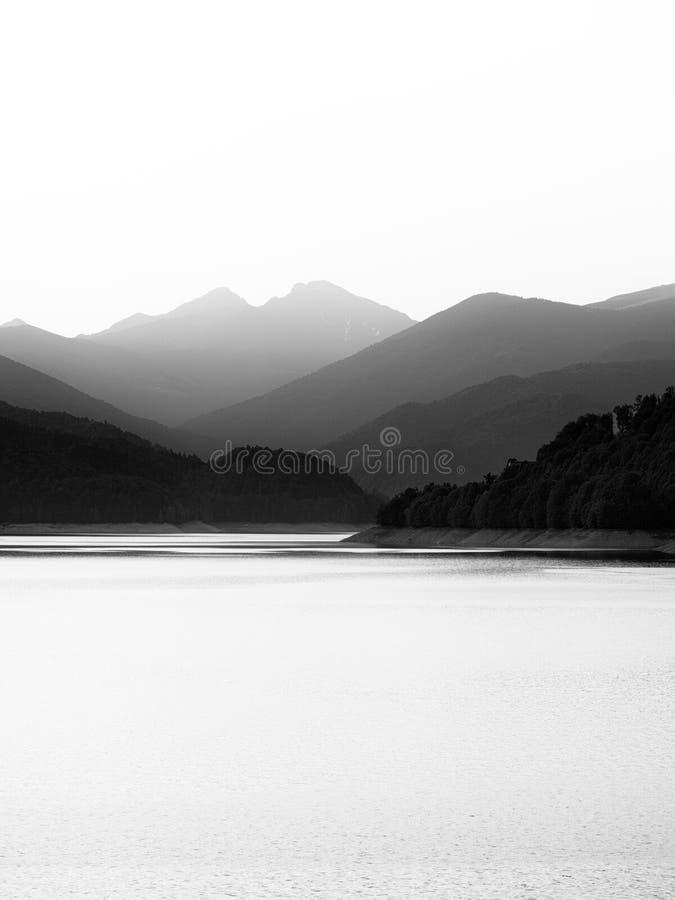 Minimales Schwarzweiss--lakescape lizenzfreie stockfotografie