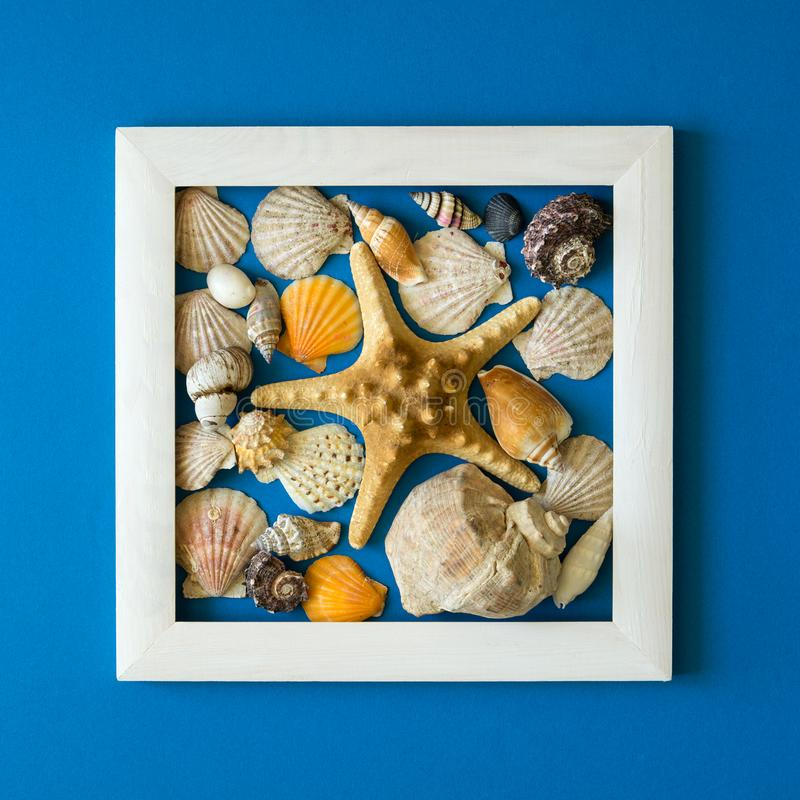 minimalism Capolavoro nel telaio di legno Coperture del mare Vista superiore Disposizione piana Concetto di protezione di Sun immagini stock