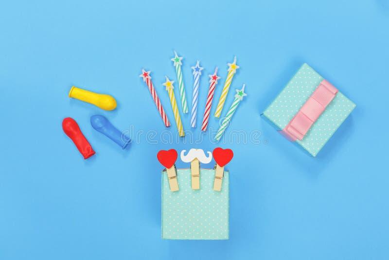 minimalism celebración, día del ` s del padre, feliz cumpleaños Fondo del partido Caja de regalo, bigote divertido, decorativo, c fotografía de archivo libre de regalías